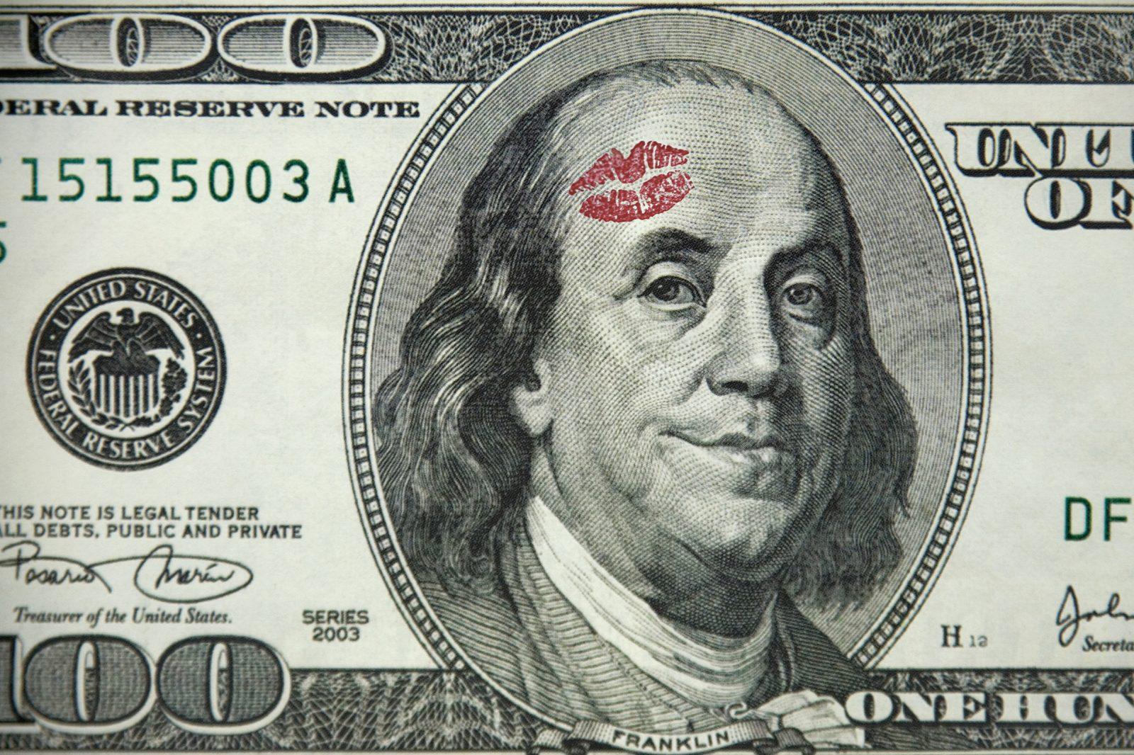 sok pénzt keresett)